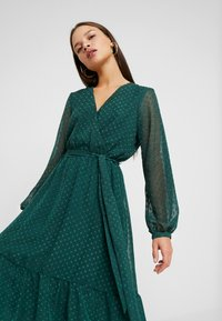 Wallis Petite - DOBBY TIERED MIDI DRESS - Korte jurk - forest green - 4