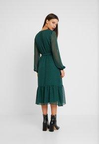 Wallis Petite - DOBBY TIERED MIDI DRESS - Korte jurk - forest green - 3
