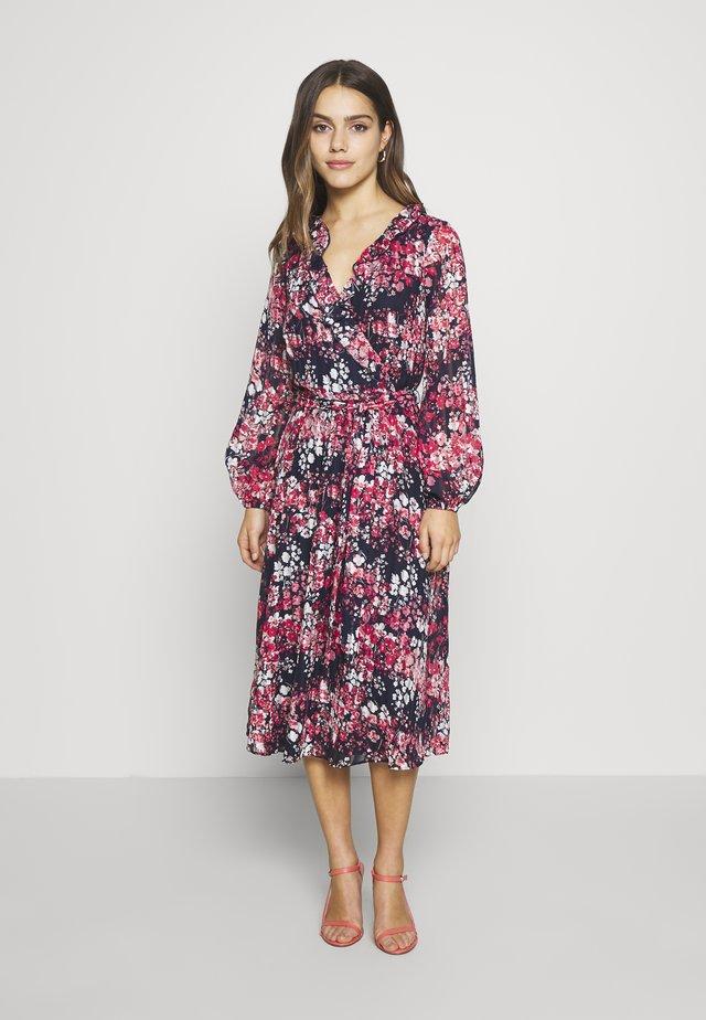 CLUSTER FLORAL FIT AND FLARE DRESS - Sukienka letnia - ink
