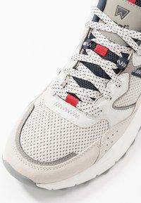 Wrangler - ICONIC 90  - Sneakersy niskie - white/navy/red - 5