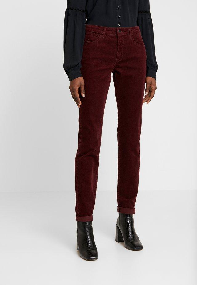 SKINNY - Spodnie materiałowe - tawny port