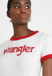 Wrangler - RINGER TEE - T-shirt z nadrukiem - offwhite - 4