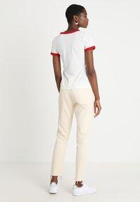 Wrangler - RINGER TEE - T-shirt z nadrukiem - offwhite - 2