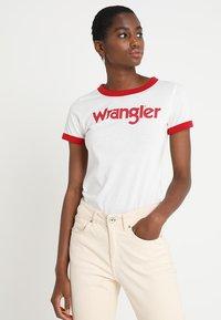 Wrangler - RINGER TEE - T-shirt z nadrukiem - offwhite - 0