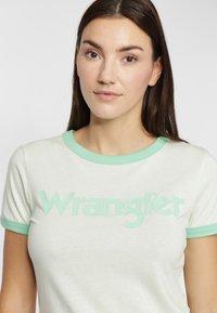 Wrangler - RINGER TEE - T-shirt z nadrukiem - almost aqua - 3
