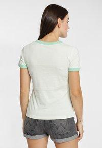 Wrangler - RINGER TEE - T-shirt z nadrukiem - almost aqua - 2