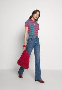 Wrangler - 80S REGULAR TEE - T-shirts med print - bittersweet red - 1
