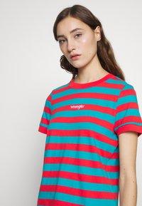 Wrangler - 80S REGULAR TEE - T-shirts med print - bittersweet red - 4