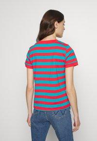 Wrangler - 80S REGULAR TEE - T-shirts med print - bittersweet red - 2