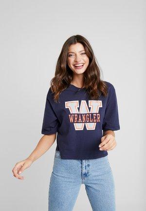 BOYFRIEND CROP TEE - T-shirt z nadrukiem - navy
