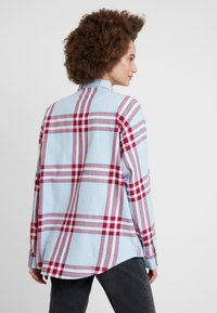 Wrangler - ONE POCKET - Overhemdblouse - light blue/red - 2