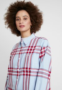 Wrangler - ONE POCKET - Overhemdblouse - light blue/red - 4