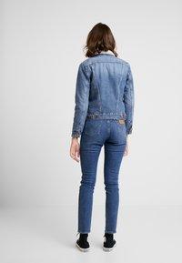 Wrangler - SHERPA - Kurtka jeansowa - blue denim - 2