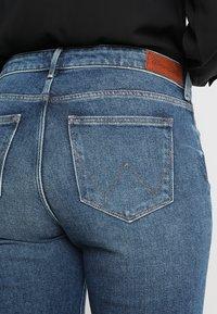 Wrangler - BODY BESPOKE - Jeansy Bootcut - stone blue denim - 6