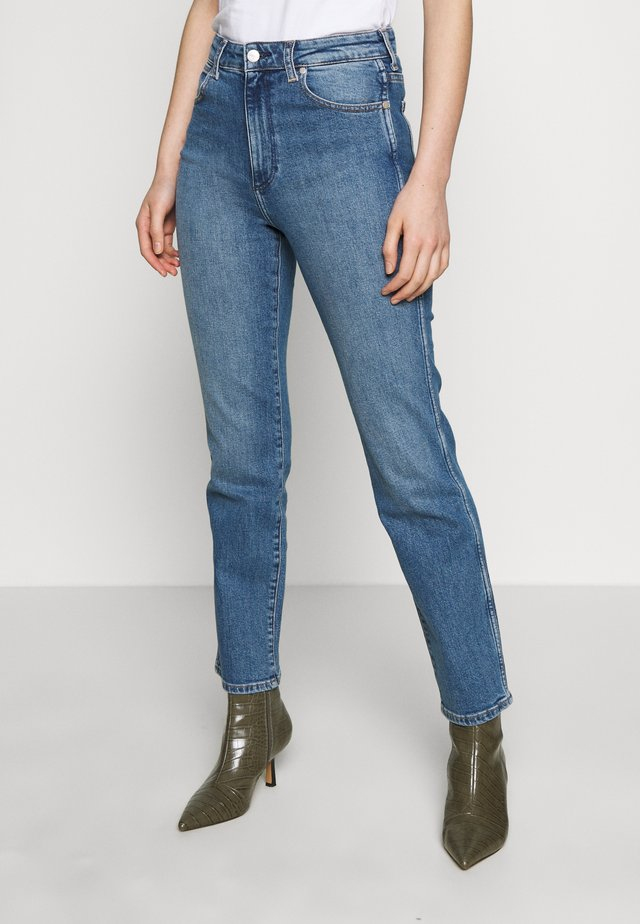 THE RETRO - Jeansy Straight Leg - mid blue