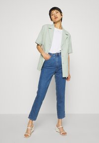 Wrangler - MOM  - Relaxed fit jeans - summer breeze - 1