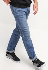 Wrangler - TEXAS STRETCH - Jeansy Straight Leg - worn broke - 3