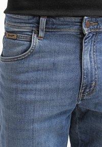 Wrangler - TEXAS STRETCH - Jeansy Straight Leg - worn broke - 4