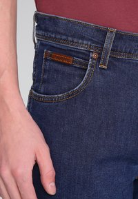 Wrangler - TEXAS STRETCH - Jeansy Straight Leg - darkstone