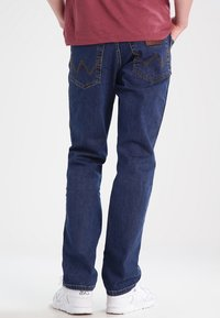 Wrangler - TEXAS STRETCH - Jeansy Straight Leg - darkstone - 2