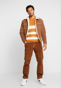 Wrangler - TEXAS - Pantalones - russet brown - 1