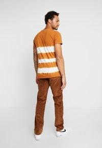 Wrangler - TEXAS - Pantalones - russet brown - 2