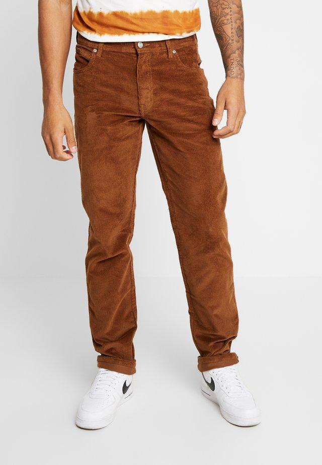 TEXAS - Spodnie materiałowe - russet brown