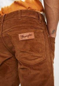 Wrangler - TEXAS - Pantalones - russet brown - 3