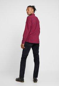 Wrangler - GREENSBORO - Jeans Straight Leg - dark navy - 2