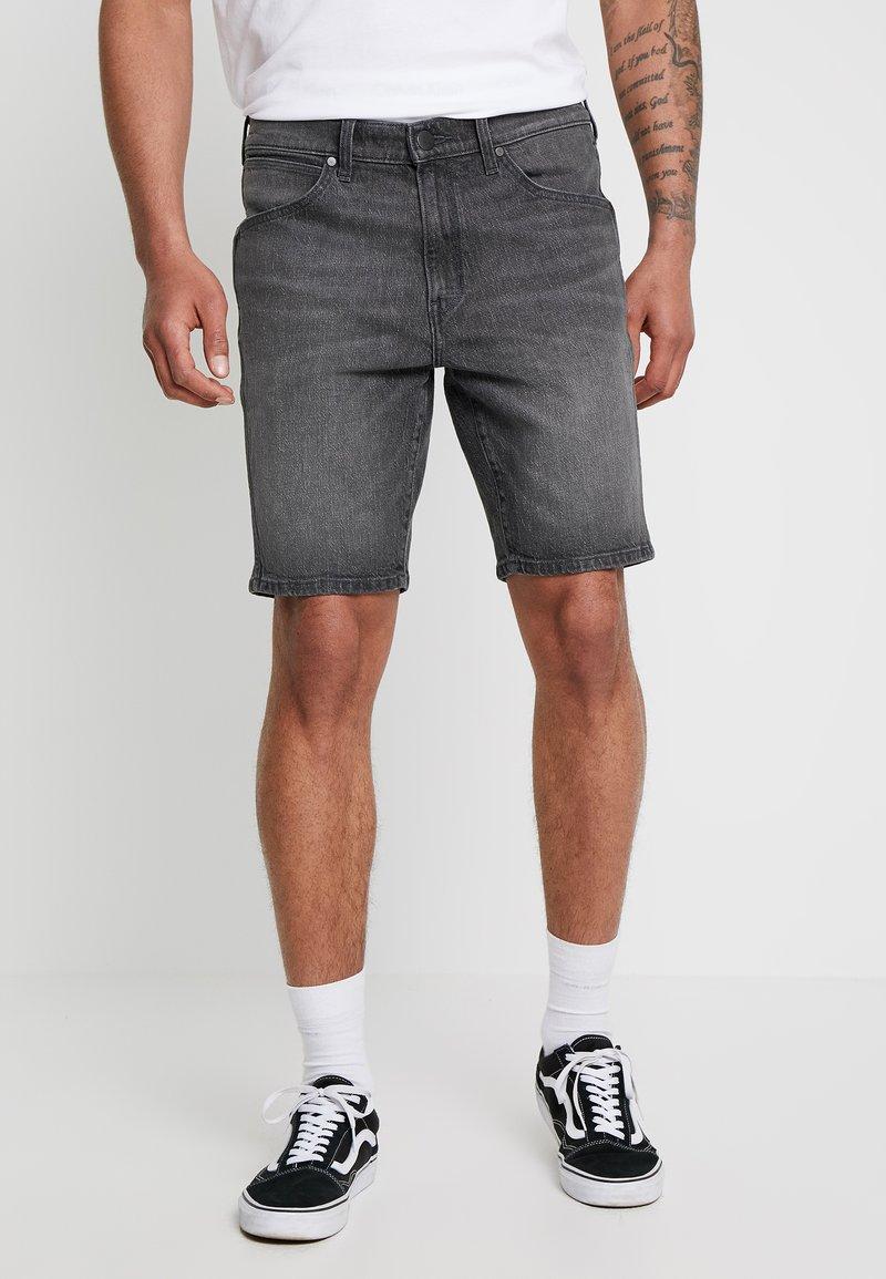 Wrangler - TEXAS SHORT - Jeans Shorts - black scrape