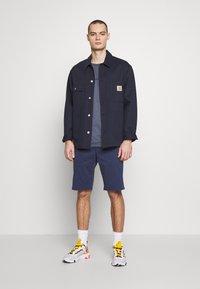 Wrangler - TEXAS CHINO - Shorts - peacoat indigo - 1