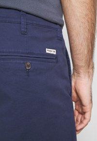 Wrangler - TEXAS CHINO - Shorts - peacoat indigo - 4