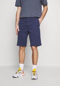 Wrangler - TEXAS CHINO - Shorts - peacoat indigo - 0