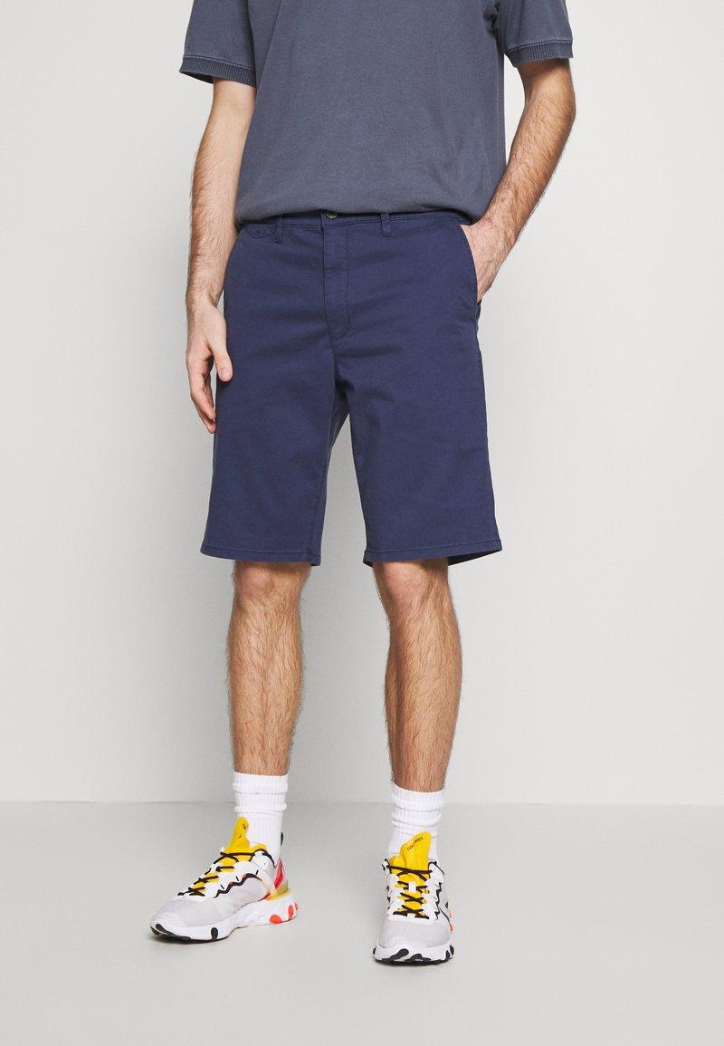 Wrangler - TEXAS CHINO - Shorts - peacoat indigo