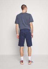 Wrangler - TEXAS CHINO - Shorts - peacoat indigo - 2