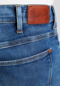 Wrangler - LARSTON - Jeansy Slim Fit - blue - 4