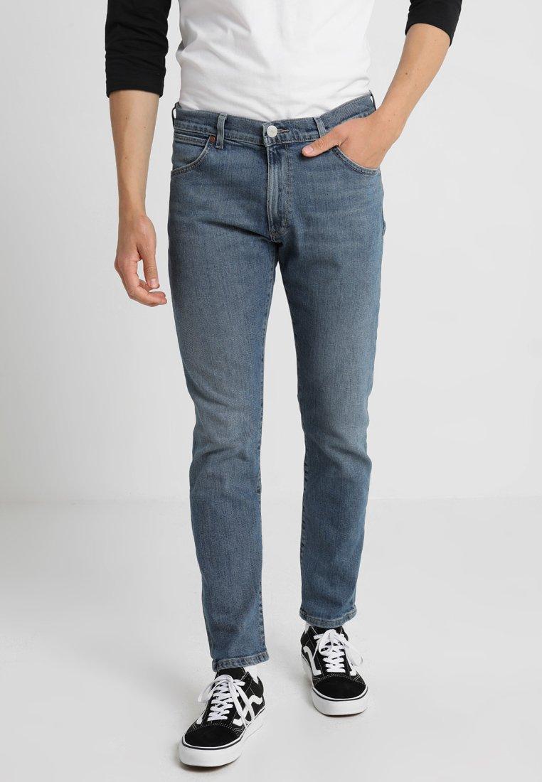 Wrangler - LARSTON - Jeans Slim Fit - blue charm