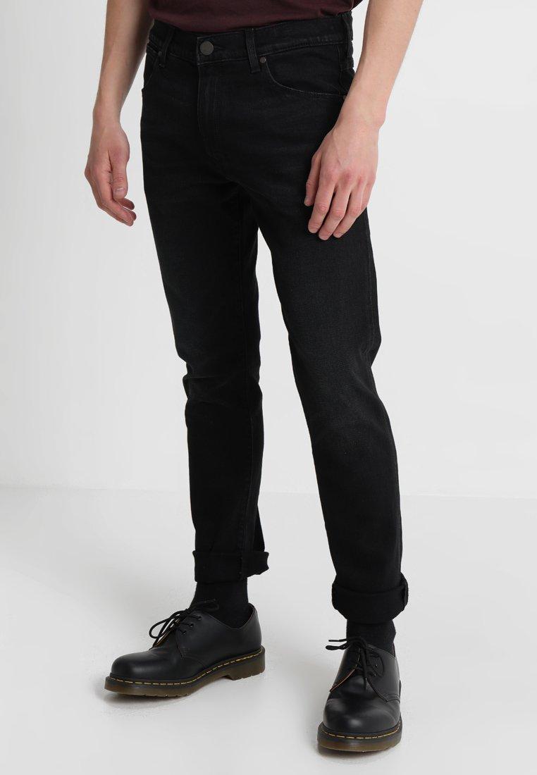 Wrangler - LARSTON - Jeans Slim Fit - black hook