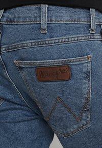 Wrangler - GREENSBORO - Straight leg jeans - midstone - 5