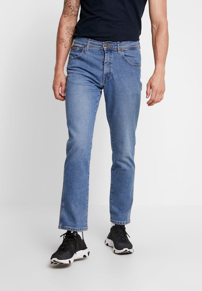 Wrangler - TEXAS - Jeansy Straight Leg - blue yard