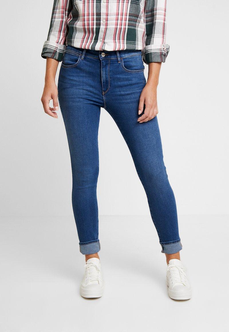 Wrangler - HIGH RISE  - Jeans Skinny Fit - mid indigo