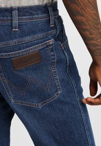 Wrangler - TEXAS - Jeansy Straight Leg - soft power - 4
