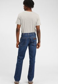 Wrangler - TEXAS - Jeansy Straight Leg - soft power - 2