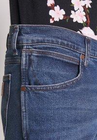 Wrangler - LARSTON - Slim fit jeans - blue fest - 3