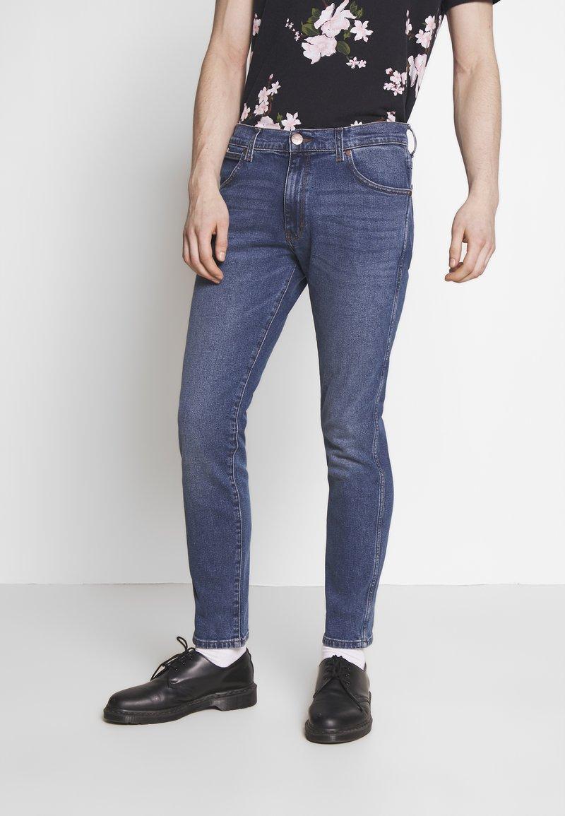 Wrangler - LARSTON - Slim fit jeans - blue fest