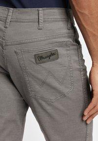 Wrangler - TEXAS - Spodnie materiałowe - grey - 4
