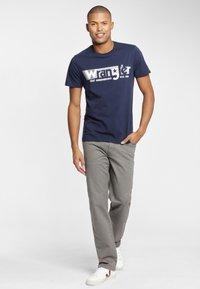 Wrangler - TEXAS - Spodnie materiałowe - grey - 1