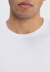 Wrangler - TEE 2 PACK - Basic T-shirt - white - 3