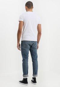Wrangler - TEE 2 PACK - Basic T-shirt - white - 2