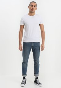 Wrangler - TEE 2 PACK - Basic T-shirt - white - 0